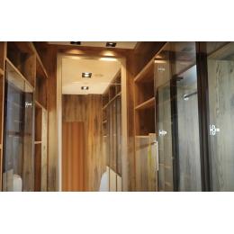 Современная гардеробная комната: шкафы со стеклом и подсветкой