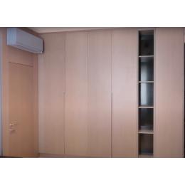 Современная спальня с использованием шпона, камня и крашенного МДФ