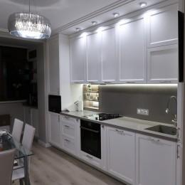 Белая кухня Неоклассика под потолок