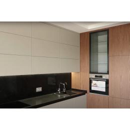 Современная кухня с ручкой Gola и под потолок