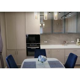 Кухня неоклассика с фасадами кашемир и красивыми витринами