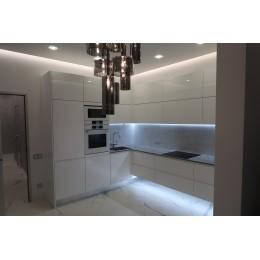 Подвесная белая глянцевая кухня на заказ в Одессе